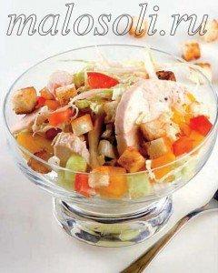 вкусный салат с пекинской капустой, курицей и сухариками