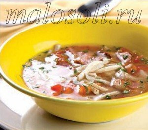 суп с курицей, беконом, помидорами и другими овощами