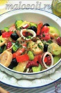 салат с консервированным морским коктейлем в масле