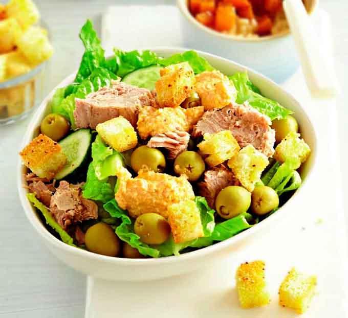 салат с консервированным тунцом, огурцами и яйцом в масле