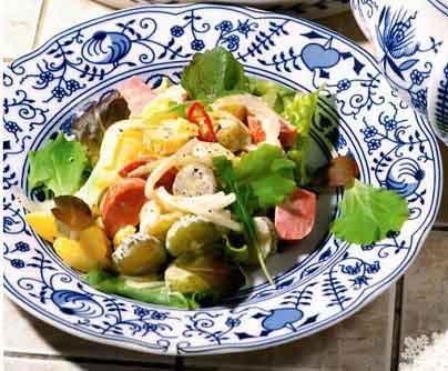 салат с сардельками и маринованными огурчиками