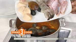 кладем морепродукты в кастрюлю и тушим